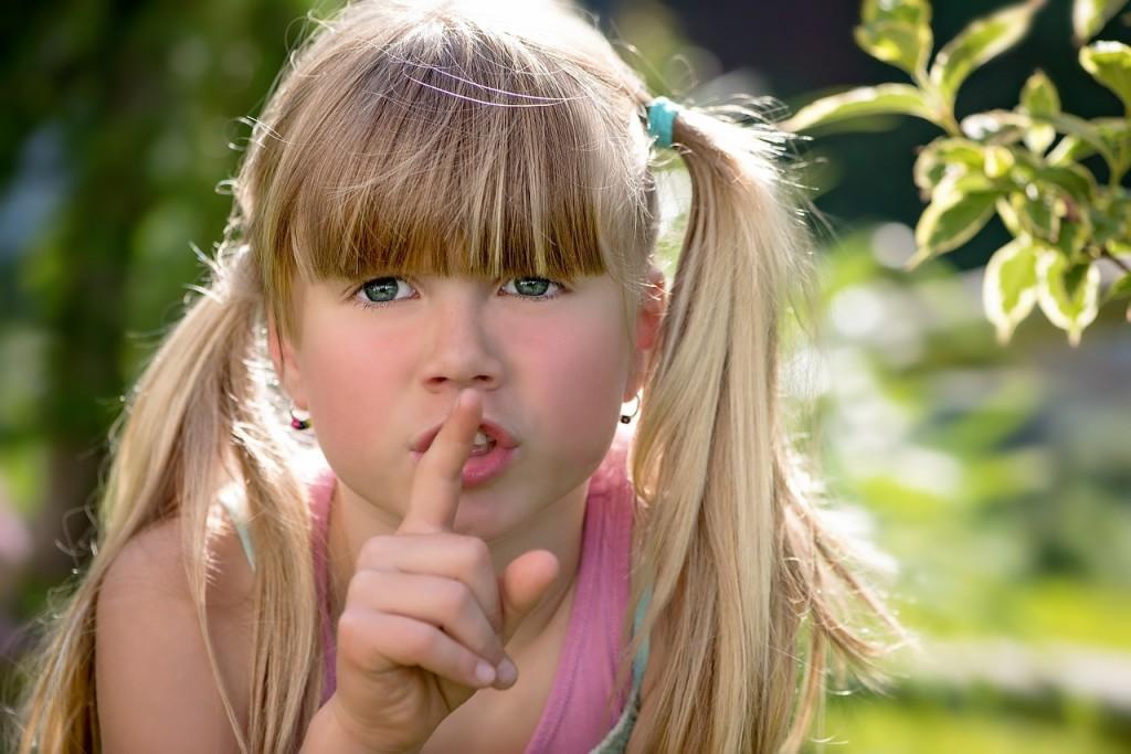 Mutismo selectivo infantil Hoy queremos que conozcas un poco más sobre esta condición tan inexplorada. El mutismo infantil puede ser un trastorno serio si no se diagnostica a tiempo, por eso te lo explicamos con más detalle a continuación. Definición y características Este trastorno suele confundirse con una extrema timidez, por lo que hay que saber diferenciar una condición de la otra. El mutismo infantil se caracteriza por la inhibición persistente del habla por parte del niño, en situaciones sociales específicas, sobre todo en edad escolar. Suele presentarse en los primeros años y especialmente cuando empieza a relacionarse fuera de su círculo familiar. No debe confundirse con un trastorno generalizado del desarrollo, porque el niño puede expresarse perfectamente en otras situaciones en las que se siente más cómodo. En cambio, en circunstancias que le generan ansiedad, se enfrenta a un miedo a expresarse o a problemas de adaptación que lo inhiben de tal forma que pareciera no reaccionar. Efectos sobre la familia Los padres del niño suelen desesperarse al no tener un diagnóstico temprano apropiado o al no conseguir la terapia adecuada para su condición. A veces no están conscientes de la severidad de los síntomas que presenta su hijo y son reacios a buscar ayuda profesional, porque se les ha hecho creer que es un simple caso de timidez y que lo superará eventualmente. Recomendaciones Dado que no existe actualmente un tratamiento estandarizado, hay estudios que sugirieren una terapia del comportamiento aunada a otros elementos, como por ejemplo, las personas que forman parte de su entorno social. Una vez que se halla establecido el mutismo selectivo infantil y las condiciones que lo provocan, debe procederse a intervenir los ámbitos del niño, teniendo presente un nivel general y un nivel específico. El hogar representa el eslabón esencial para tratar esta condición. Por ello te aconsejamos lo siguiente: Propiciar un ambiente seguro, comunicativo y comprensivo; sin 